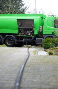 Camion-citerne en train de remplir une citerne à mazout