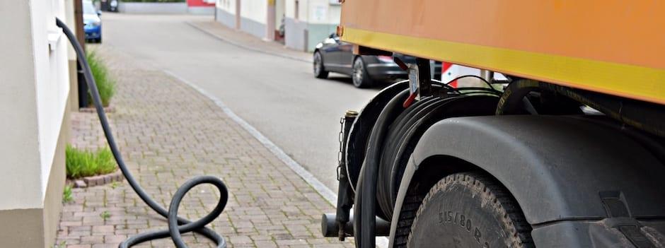 Camion-citerne en pleine livraison de mazout de chauffage chez un client