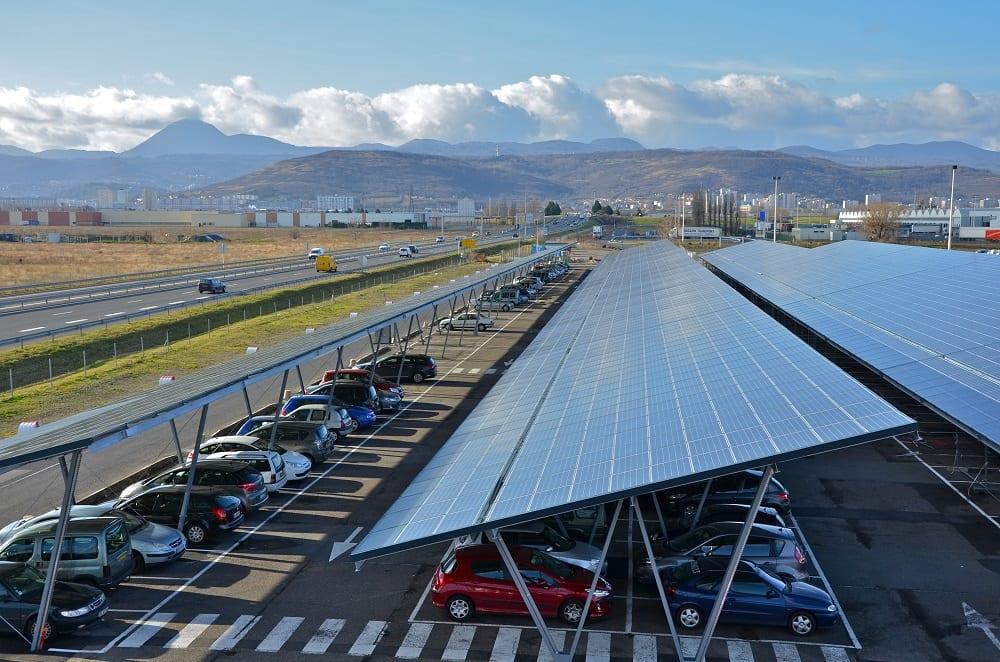 En France, des centaines de milliers d'hectares de parking sont couverts par des panneaux solaires